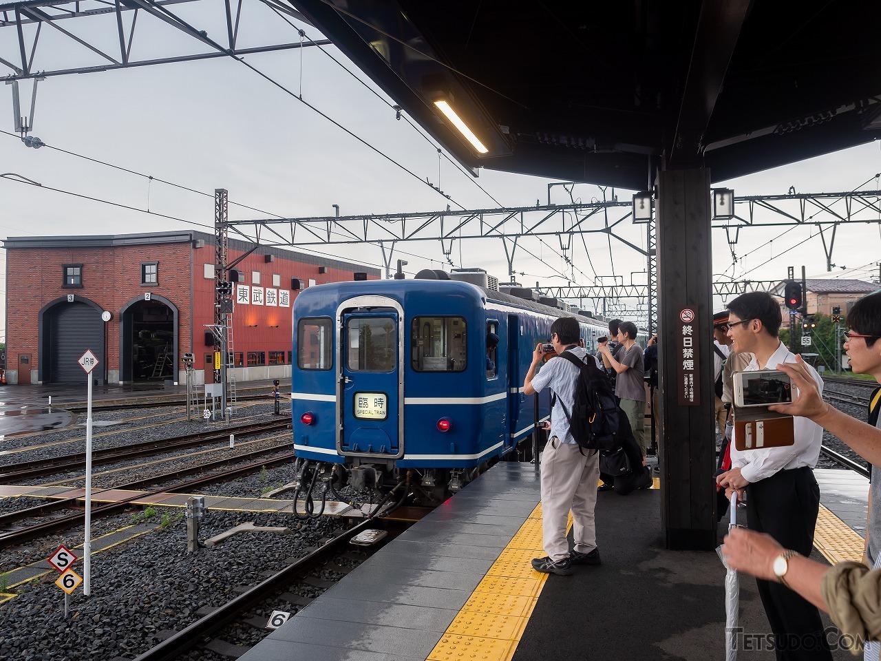 終着・下今市駅到着後すぐに引き揚げる「DL大樹」。後ろの機関庫に、ちらりとC11形機関車が見えます
