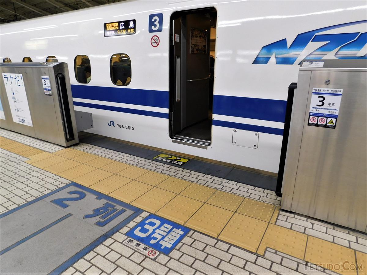 東京駅17番線の3号車乗車口。「2列」と表示が出ているゾーンで待機します