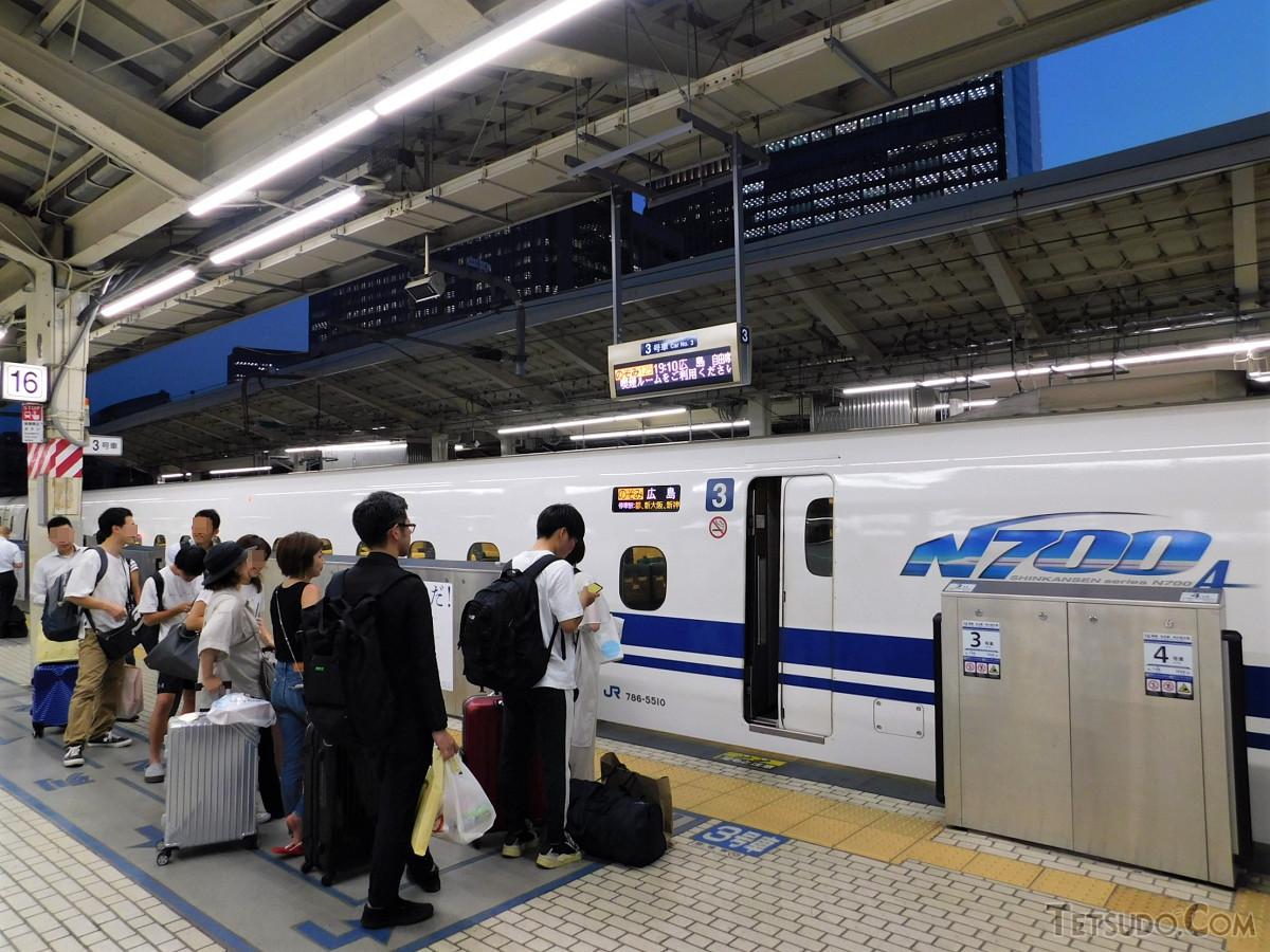 8月2日、のぞみ125号(広島行き)の自由席待ちの列。金曜の夜でしたが、発車10数分前でこの人数でした