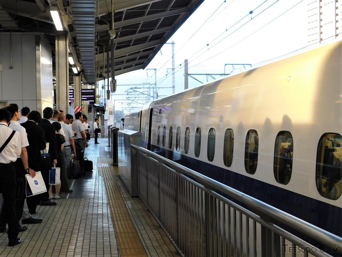 8月5日、名古屋駅での自由席待ちの列。停車中の列車はのぞみ42号。次の列車はひかり478号でした
