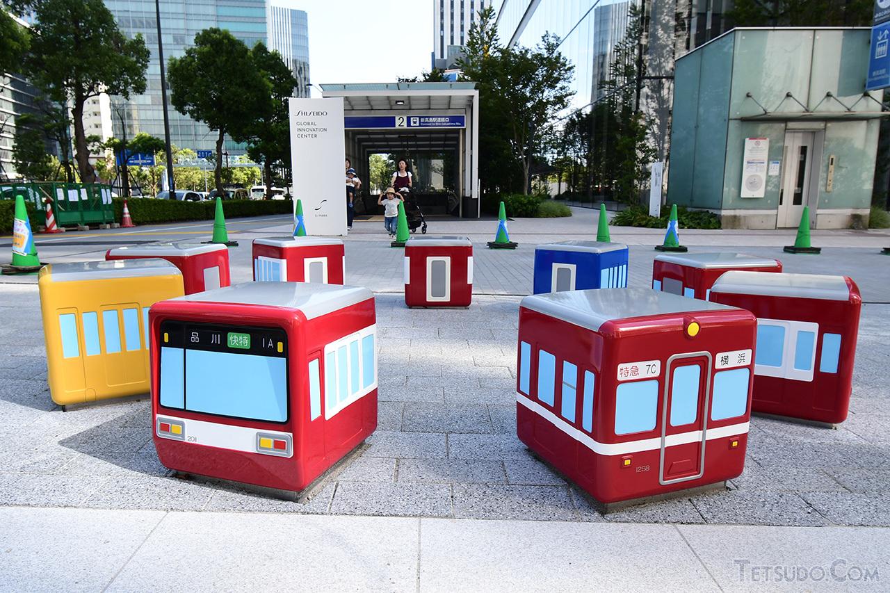 屋外に展示される京急電車型のイス「ケイキューブ」。こちらは入館せずとも見学可能です