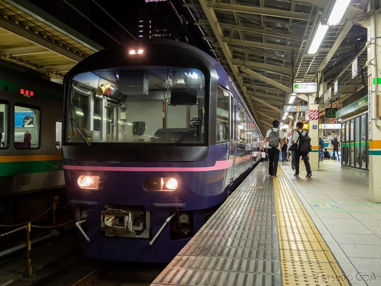東京駅9番ホームに入線したお座敷列車「華」。JR東日本の車両ですが、何度かイベント列車としてJR東海の区間に入線しています