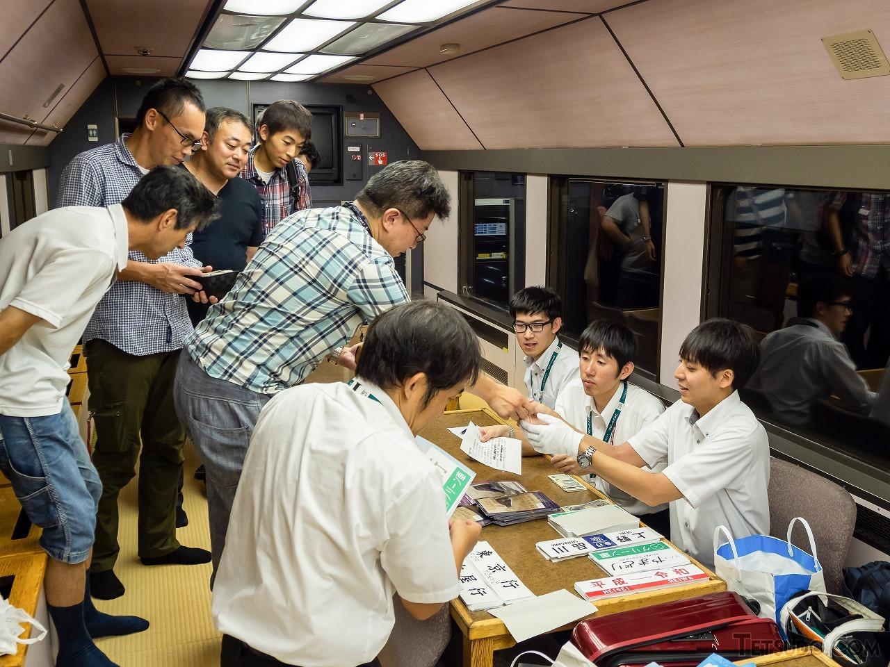 フリースペースの1号車で行われたグッズ販売。放送による案内と同時に、大勢の参加者が列を作りました