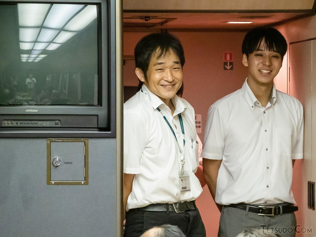 クイズ大会の様子を見に来た大塚氏と鈴木氏。「華」は1997年に改造された車両で、今や貴重なブラウン管のモニターとカラオケセットが搭載されています