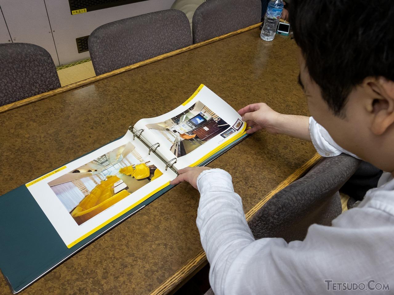 フリースペースの1号車には、大塚氏の私物であるJRジョイフルトレインカタログも。JR発足直後に制作されたもので、「サロンエクスプレス東京」など懐かしい車両がいっぱい