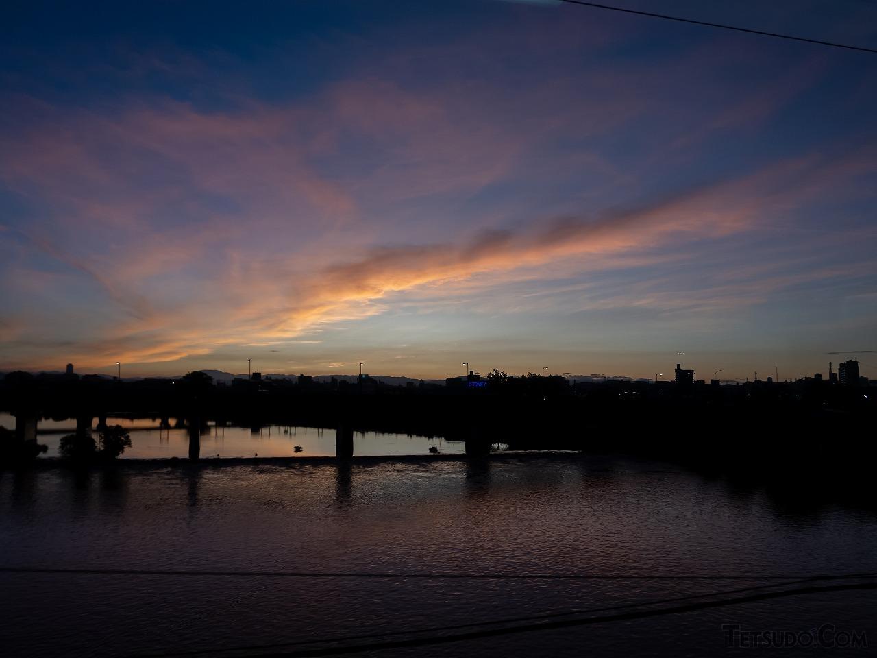 5時14分、暁の庄内川を通過。この日は素晴らしい朝焼けを見ることができました