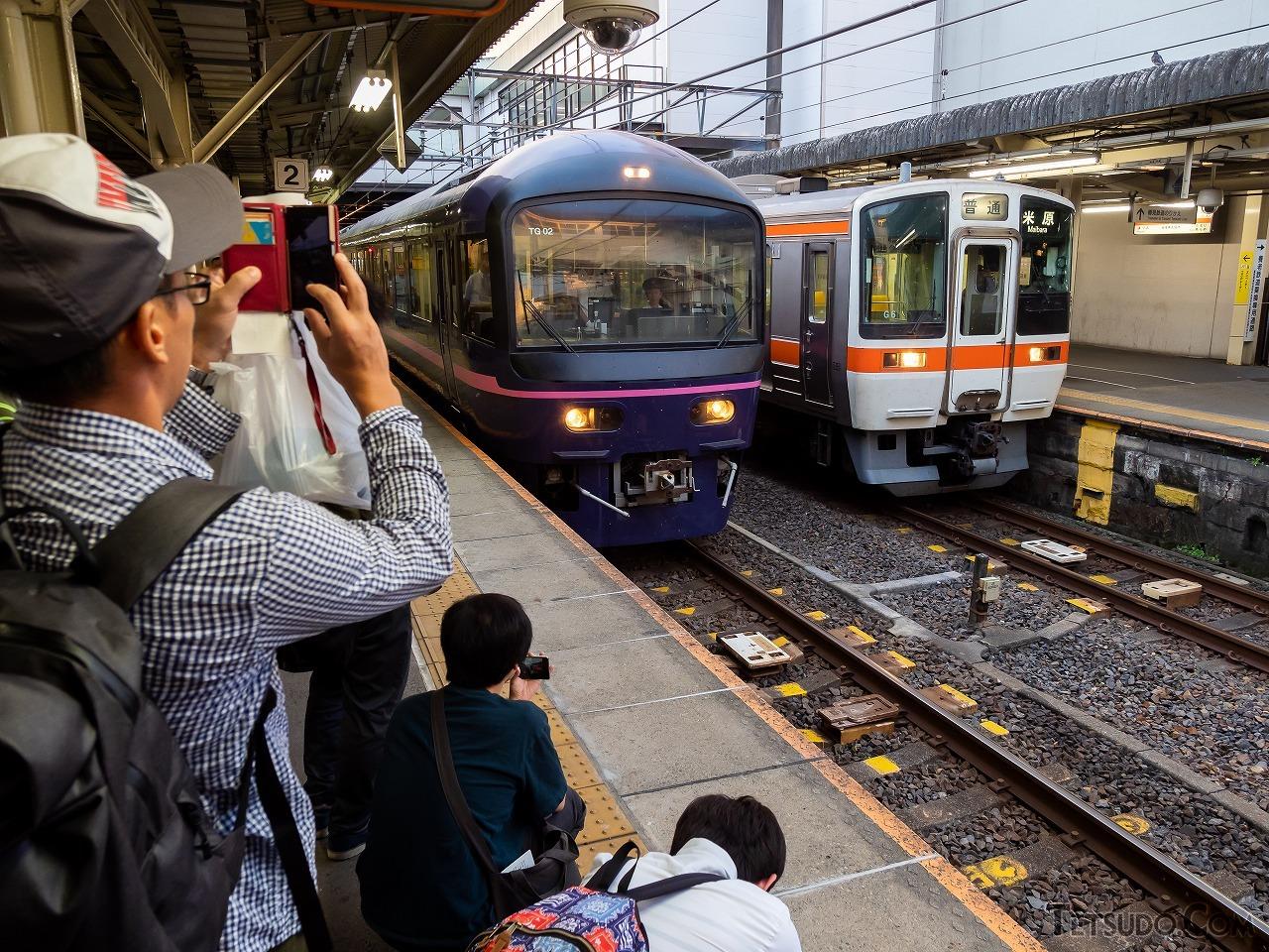 5時45分、大垣駅に到着。多くの参加者が列車を撮影しに先頭車に集まりましたが、皆さん黄色い線の内側でマナーを守っていました