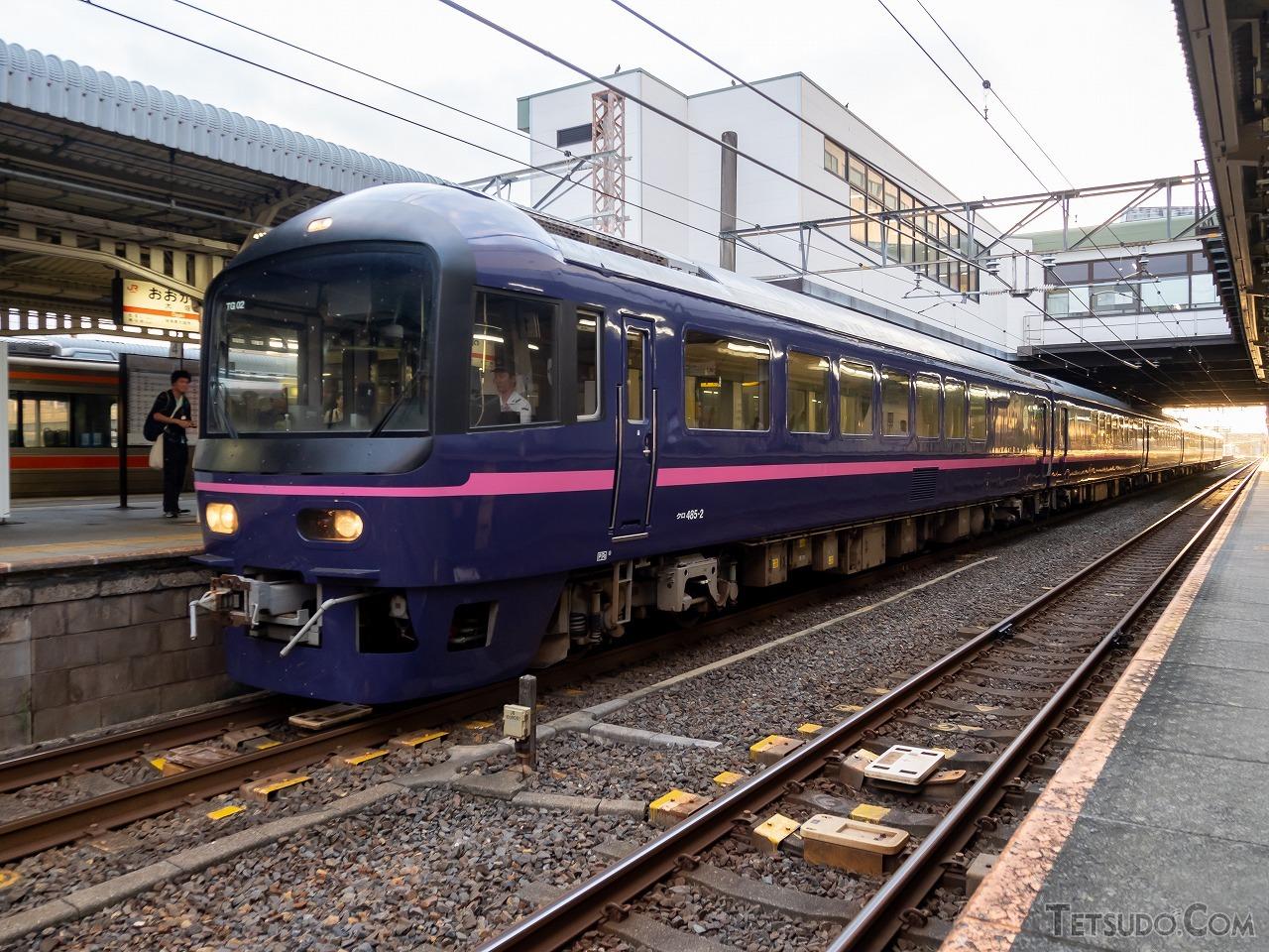 「宴」が廃車となり、純粋なお座敷列車はJRでは残すところ「華」のみ。たまたま一緒になった人と賑やかに語らいながら楽しむ旅は、現代の列車にはない魅力があります