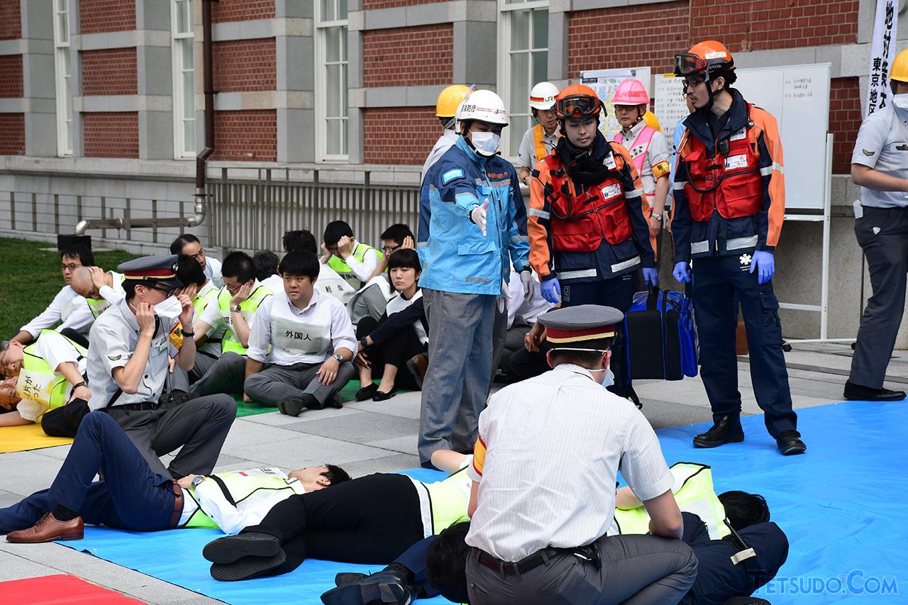 赤とオレンジの服を着用しているのが、東京医科歯科大学 医学部付属病院 救命救急センターの医師。今回の訓練のような大規模災害・事件時において、現場で高度な救命措置を提供します