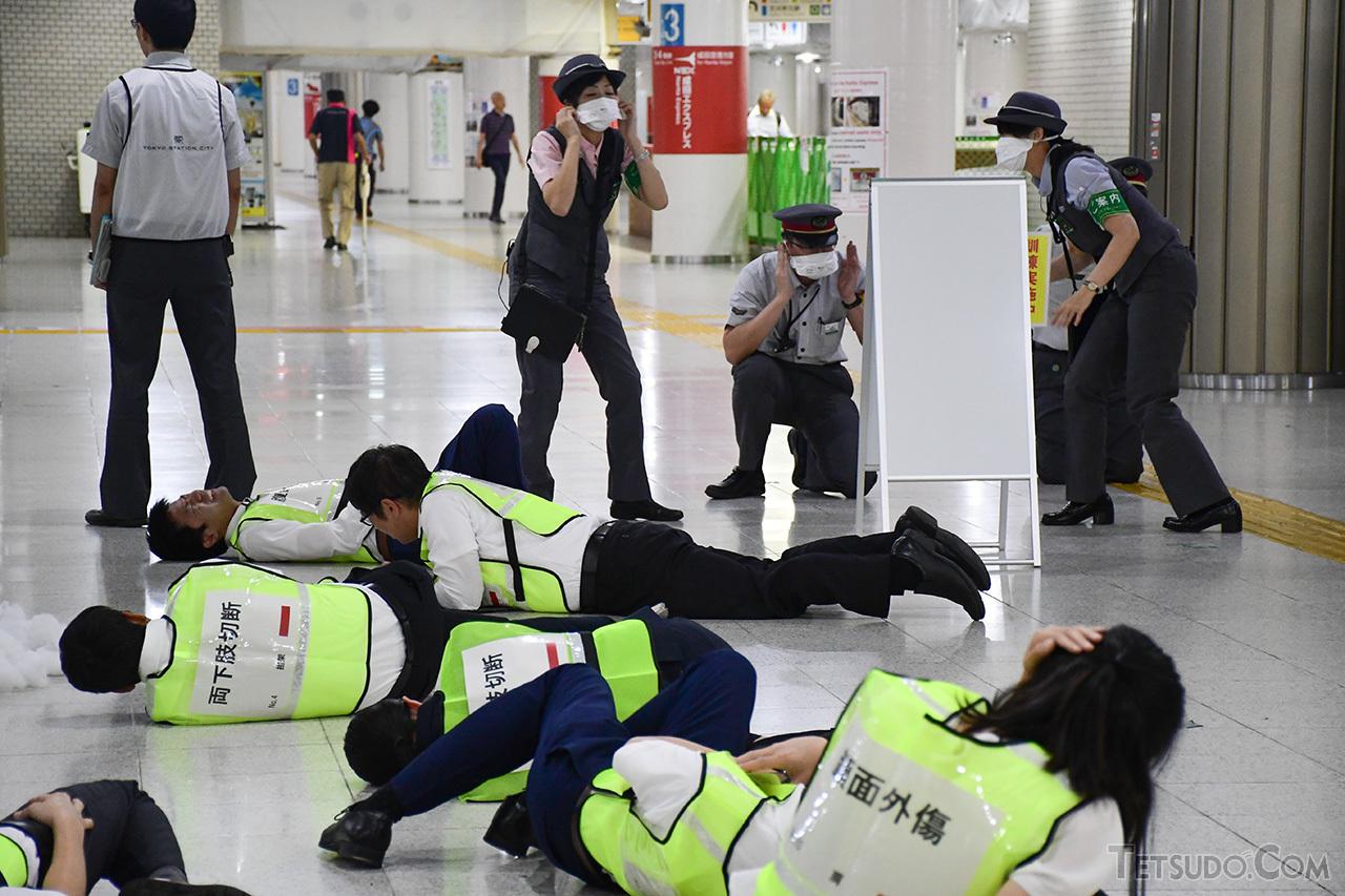 駅員が駆けつけますが、安全確保が最優先。無線連絡を取りつつ、二次災害が発生しないことを確認してから救出作業に入ります