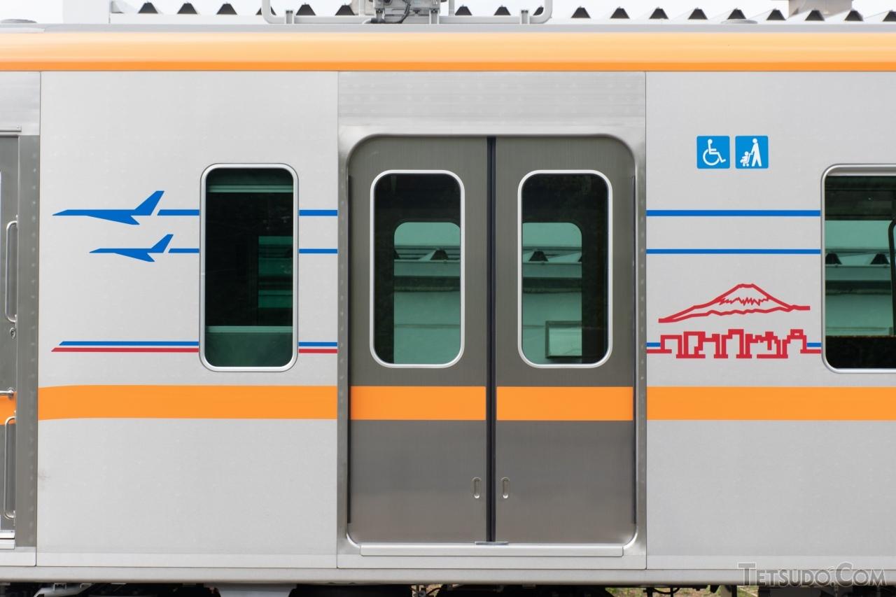 成田スカイアクセス線用の車両として、車体カラーリングはオレンジ色を採用。飛行機や沿線各所のイメージイラストを、アクセントとして描いています