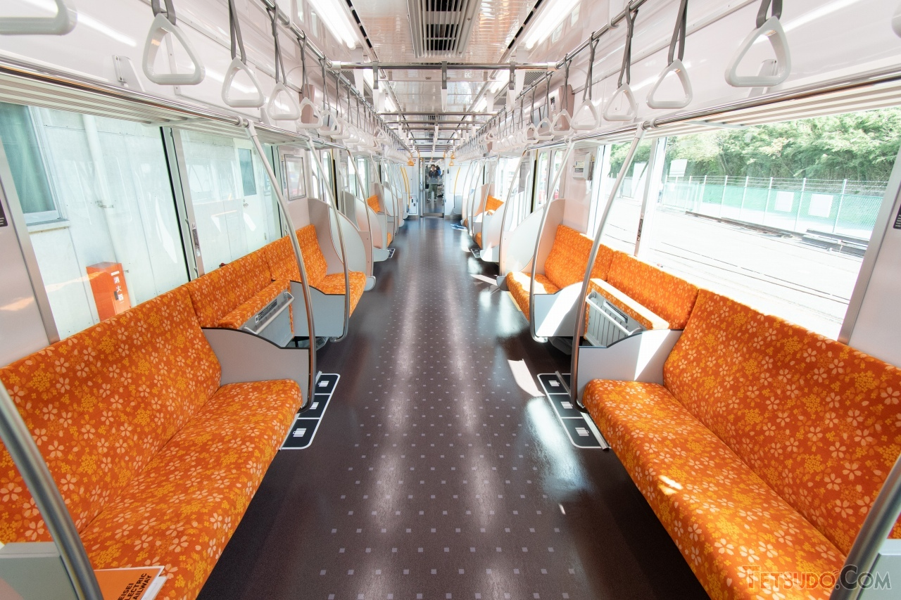 3100形の車内。座面はオレンジ色となっています