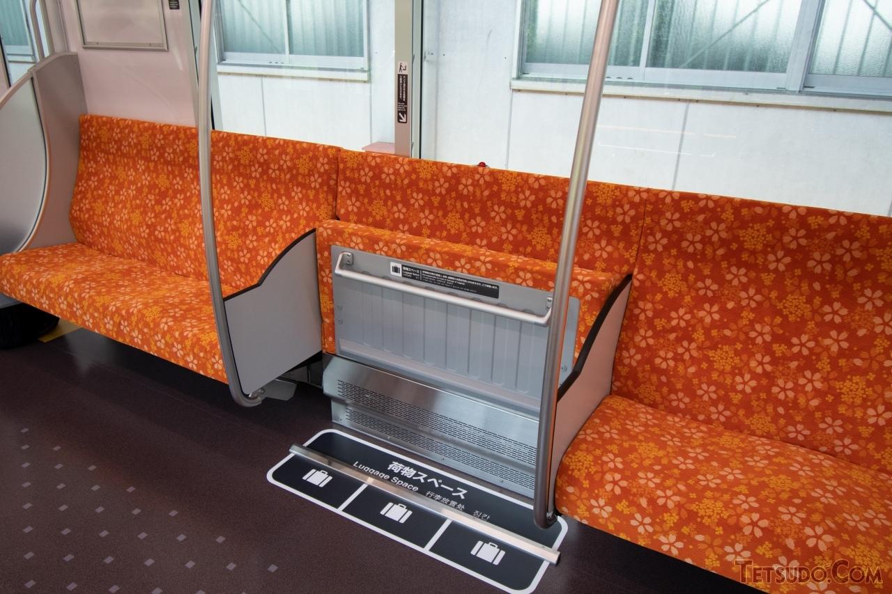 8人掛け座席の中央に設置されたスーツケース置場