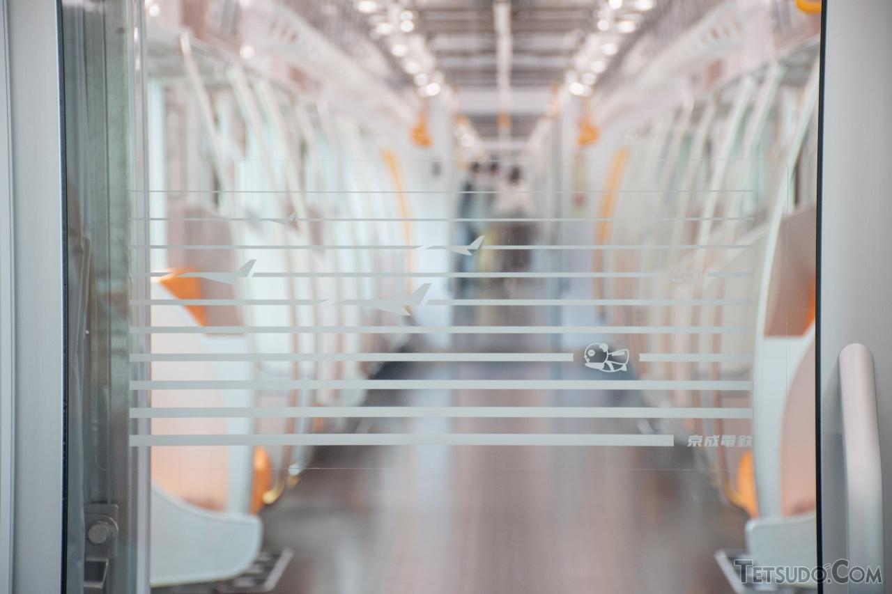 車両間の仕切り扉には、飛行機や京成パンダが