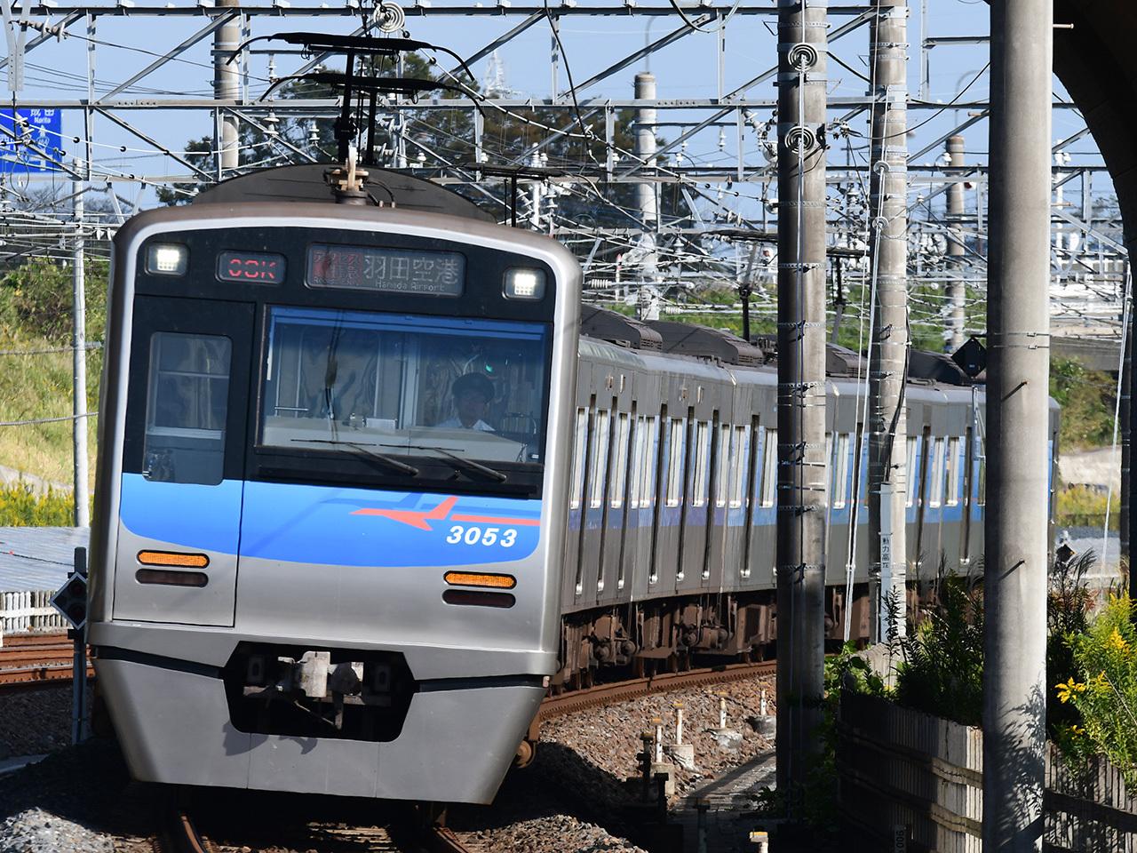 従来の成田スカイアクセス線主力車両、3050形。今後、3100形によって順次置き換えられるほか、残存する編成も3100形に準じたカラーリングに変更されます