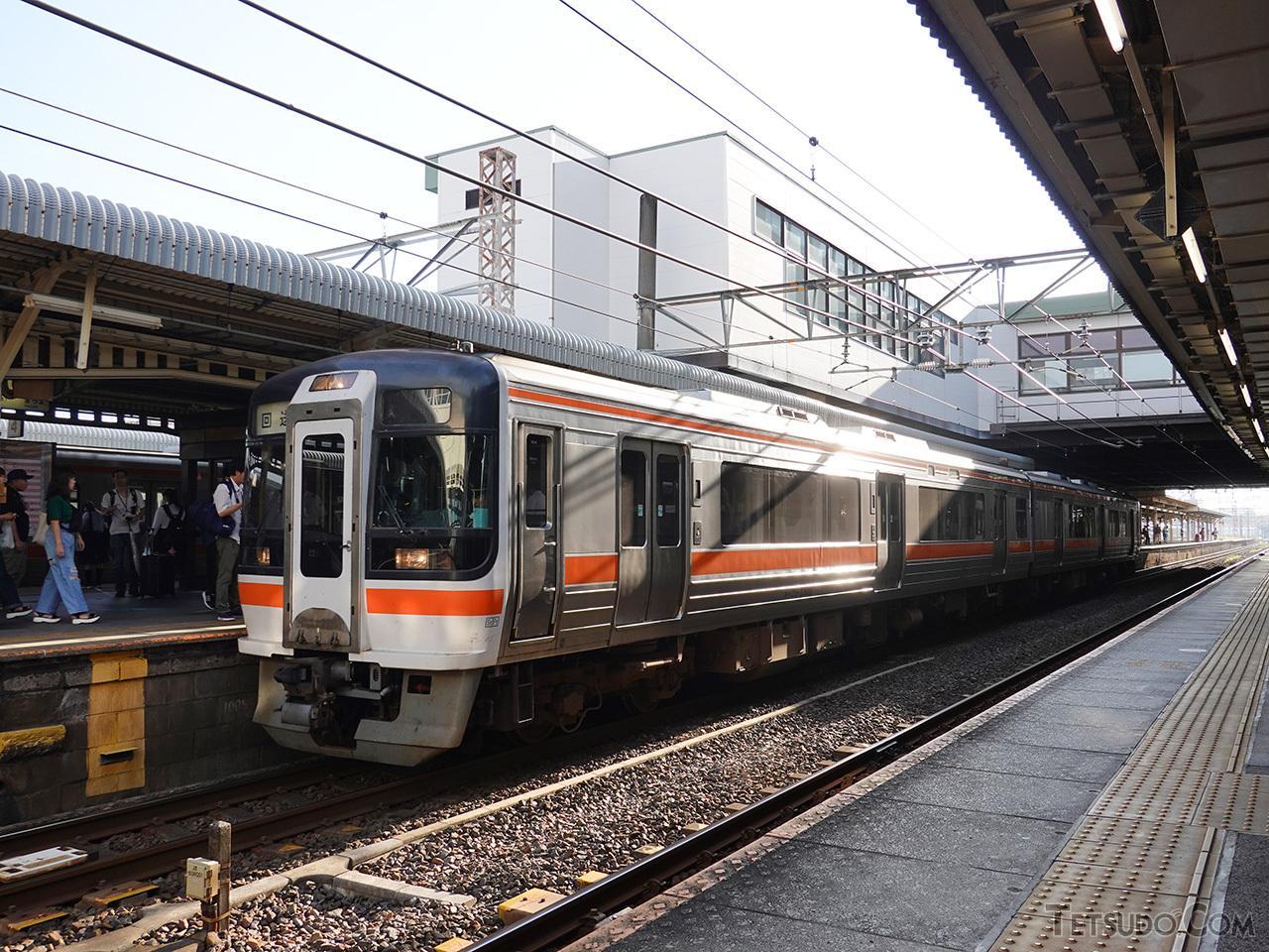 大垣駅で出発を待つキハ75形3208・3308の2連。見た目は東海道本線を走る311系そっくりで、筆者に「何が珍しいんですか?」と尋ねる一般客の姿も