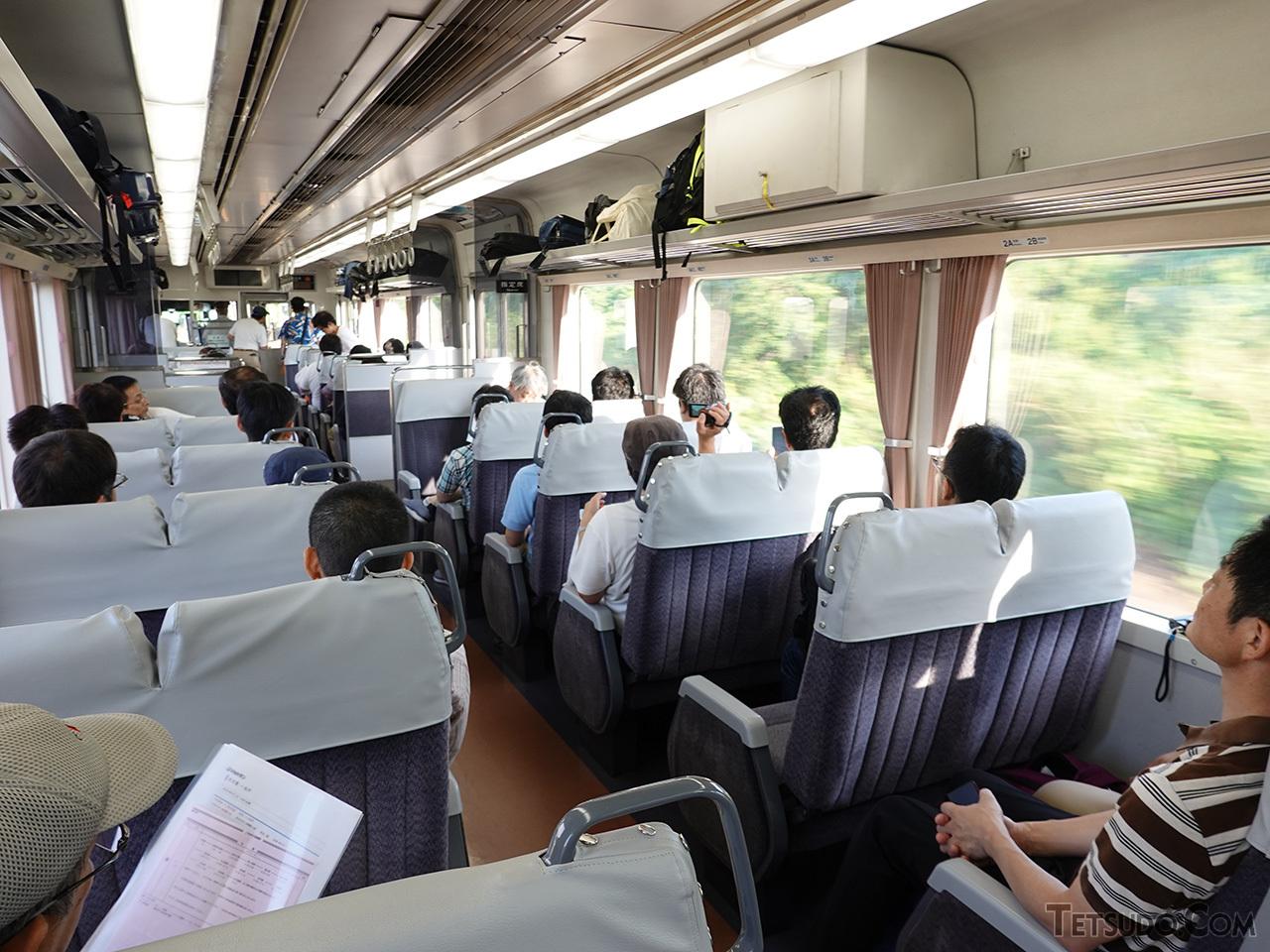 JR東海の車両はサービスや仕様が統一されており、車内も一見しただけでは311系電車と区別がつきません。しかし唸りをあげるカミンズエンジンの音はまぎれもなくディーゼルカー