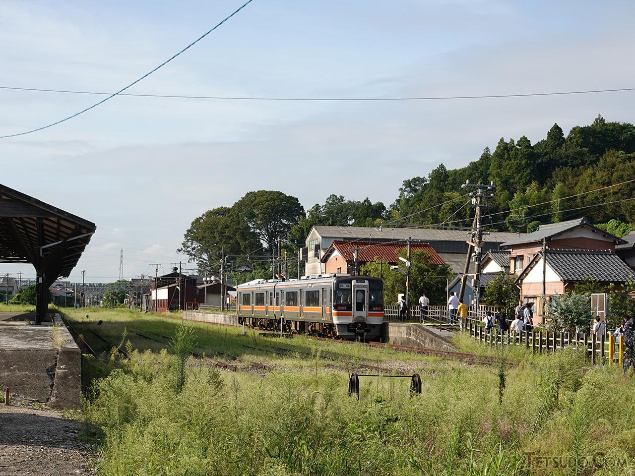 美濃赤坂駅に停車するキハ75形。手前側には貨物の発着線があり、貨物専門の西濃鉄道に直通しています