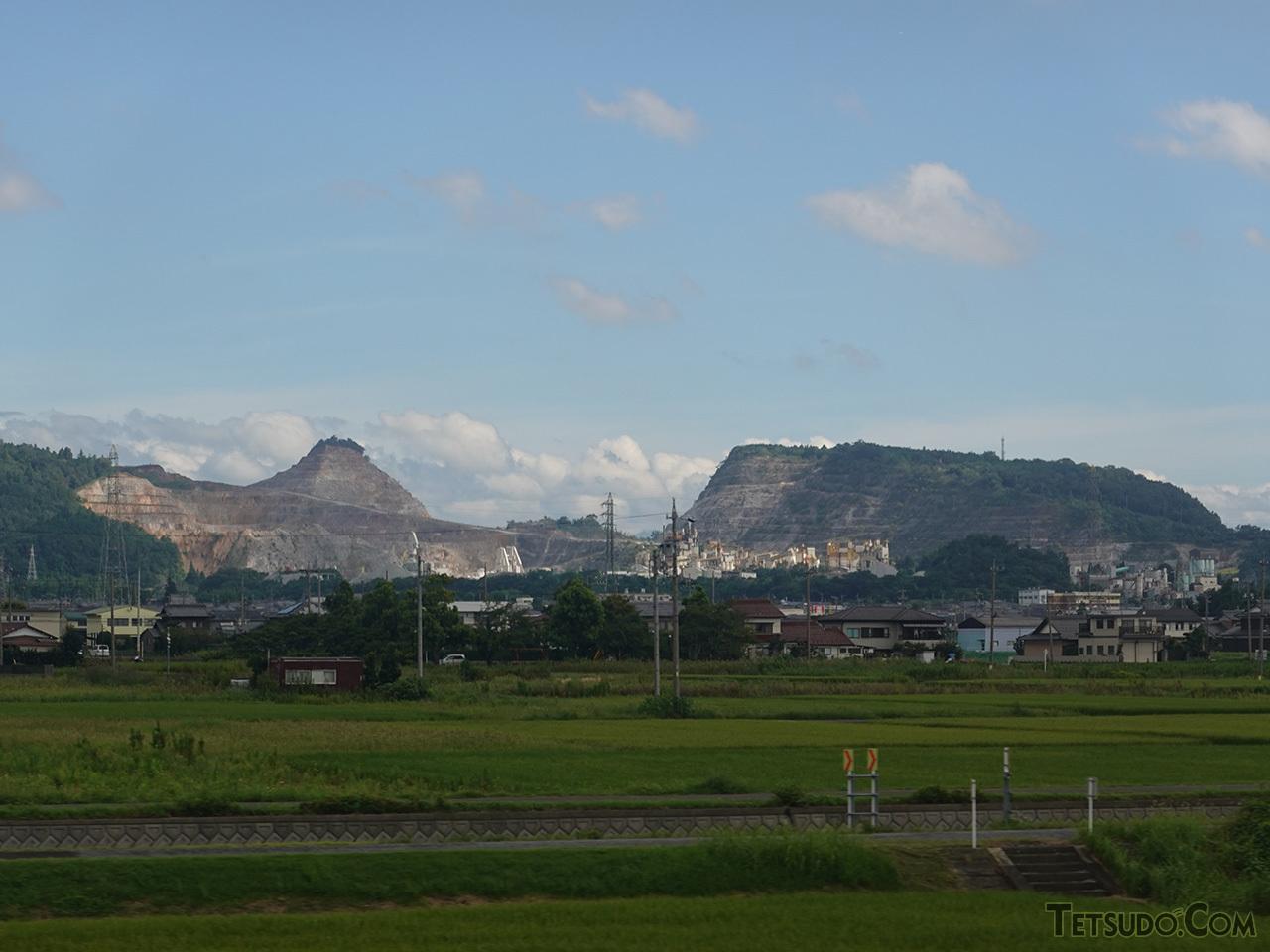 東海道本線から見える美濃赤坂駅北側の金生山。大理石・石灰石の産地として知られ、大理石は国会議事堂や六本木ヒルズにも使われています