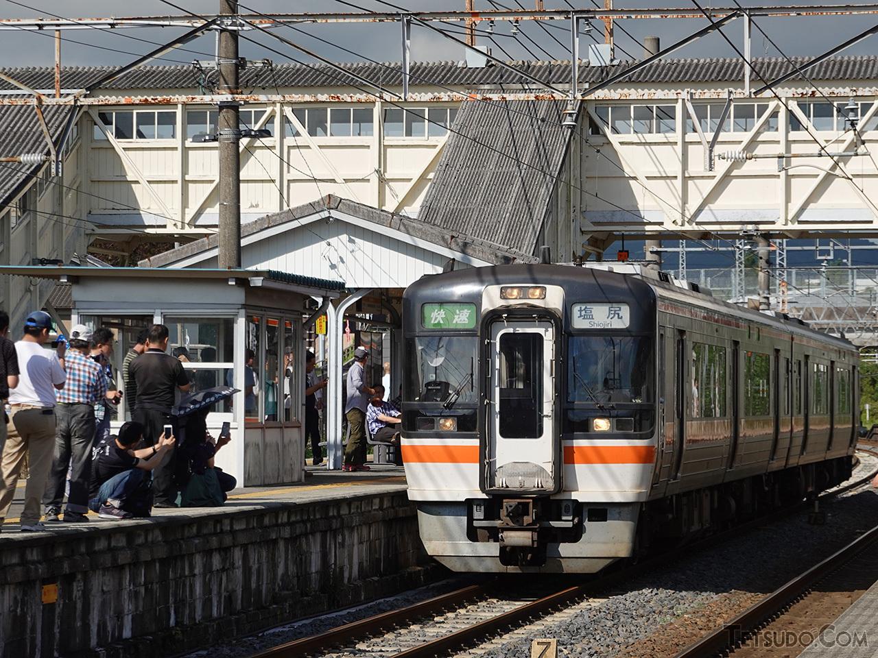 関ケ原駅での幕回しショー。2006年まで名古屋〜奈良間で運行されていた「急行かすが」は、晩年はキハ75形での運行でした