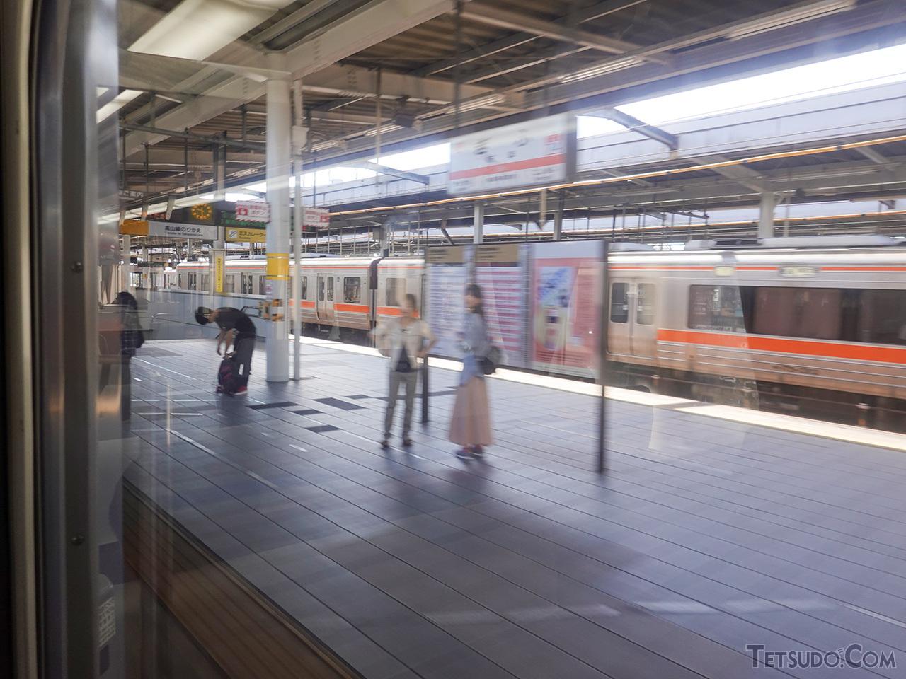 一般型ディーゼルカーなのに岐阜駅を時速70kmで通過! なんとなくワクワクする瞬間です