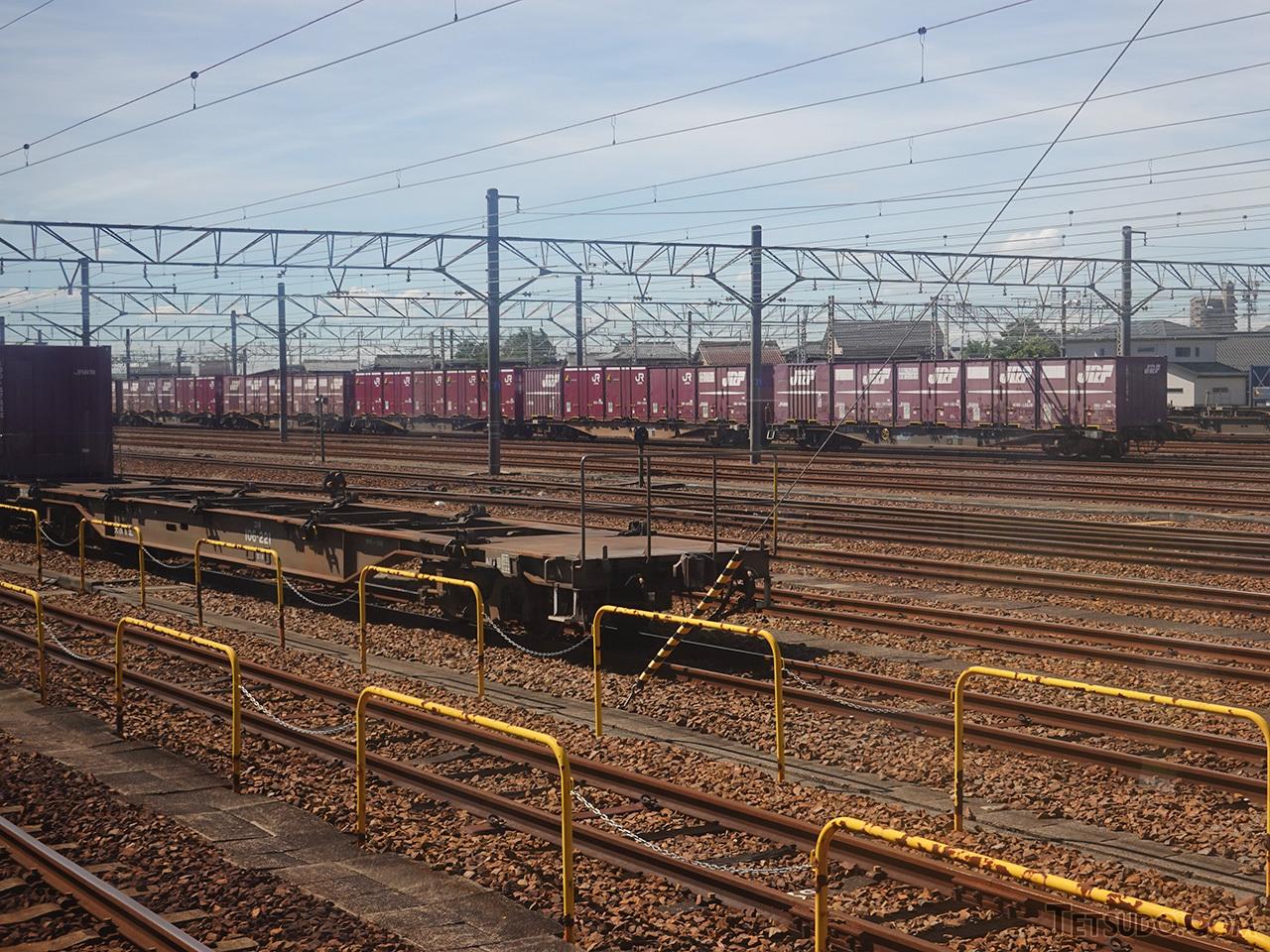 稲沢駅に入線。貨物駅とは言ってもコンテナの取扱はありませんが、機関車の付け替えや乗務員の交代があるため、すべての貨物列車が停車します