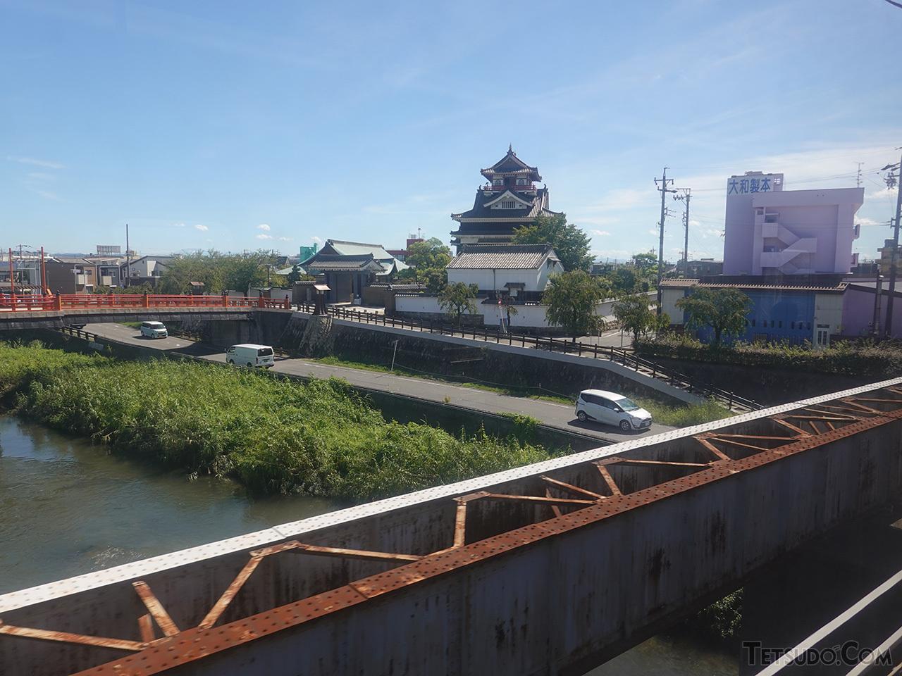 清洲城の模擬天守と、五条川を渡る旧麒麟麦酒専用線跡