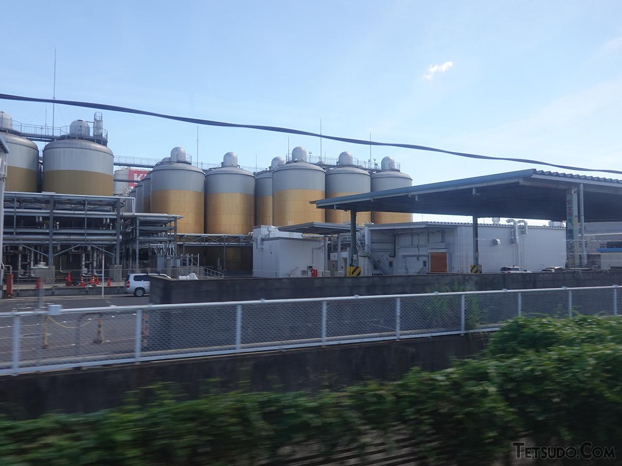 泡3:ビール7の黄金比を発酵タンクで再現した、キリンビール名古屋工場。かつては手前のスペースにも貨物の引込線がありました