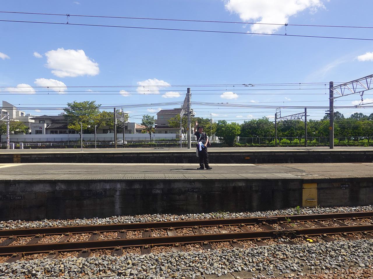 笠寺駅で手を振る夜行列車ツアーの参加者。同じツアーを共にした人は、すっかり仲間です