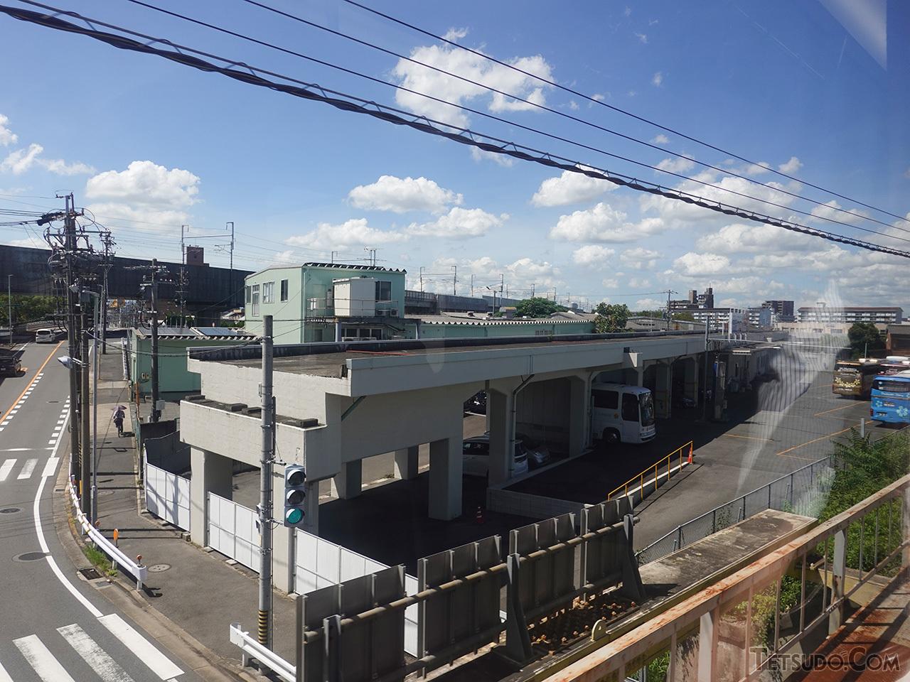 笠寺駅の北側で東海道本線から分岐する南方貨物線跡の高架線。現在のあおなみ線に接続して、名古屋貨物ターミナルにつながる予定でした
