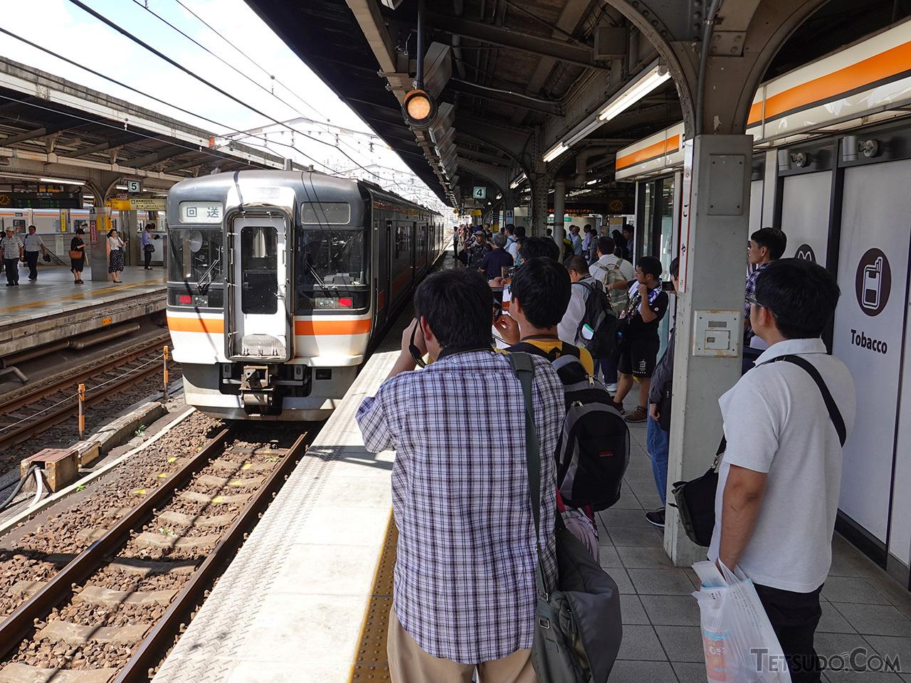 名古屋駅に到着。黄色い線の内側に下がって、去り行く列車を見送ります