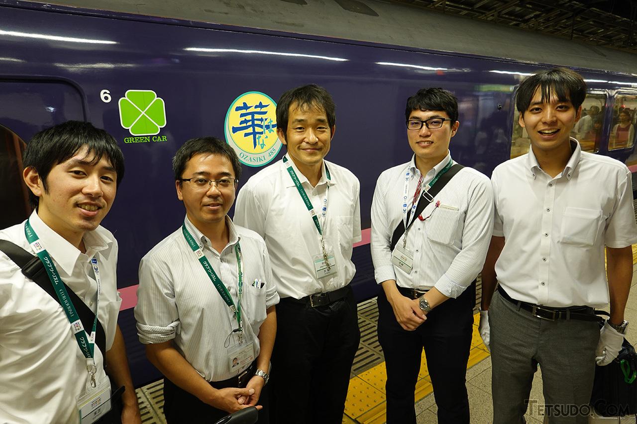 20時50分、東京駅に到着したクラブツーリズム大塚雅士氏(中央)とスタッフの皆さん。疲れをほとんど見せることなく、24時間・ツアー3本の激務を無事故で成功させました