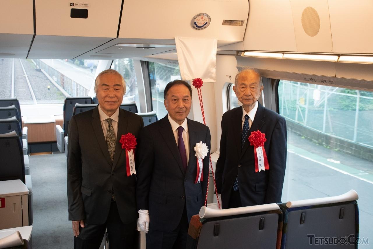 記念プレート除幕式。左から、GSEのデザイン・設計を担当した岡部憲明さん、星野晃司さん、須田寛さん