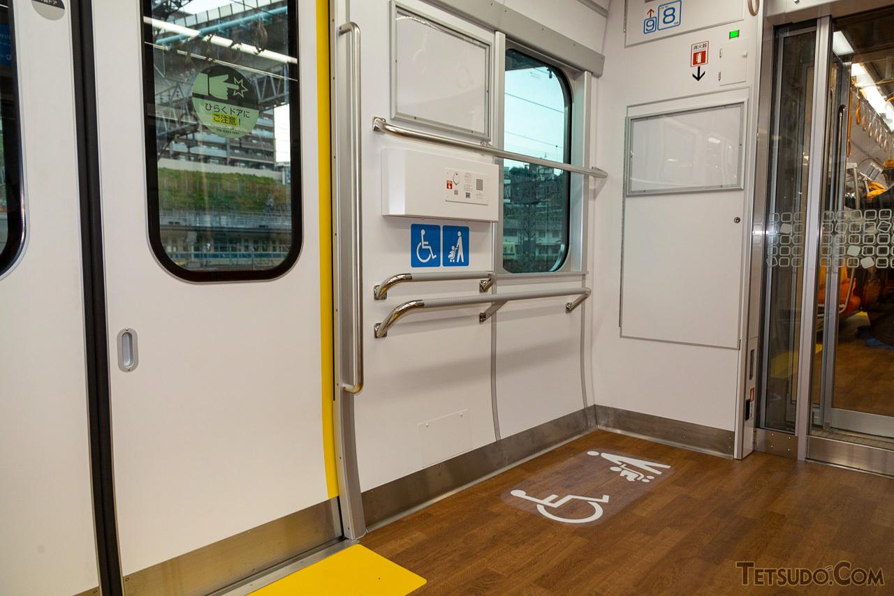 車いすスペースは全車両に設置。健常者が立った場合にも掴みやすい位置に手すりを設置し、緊急時にもとっさに掴みやすくなっています