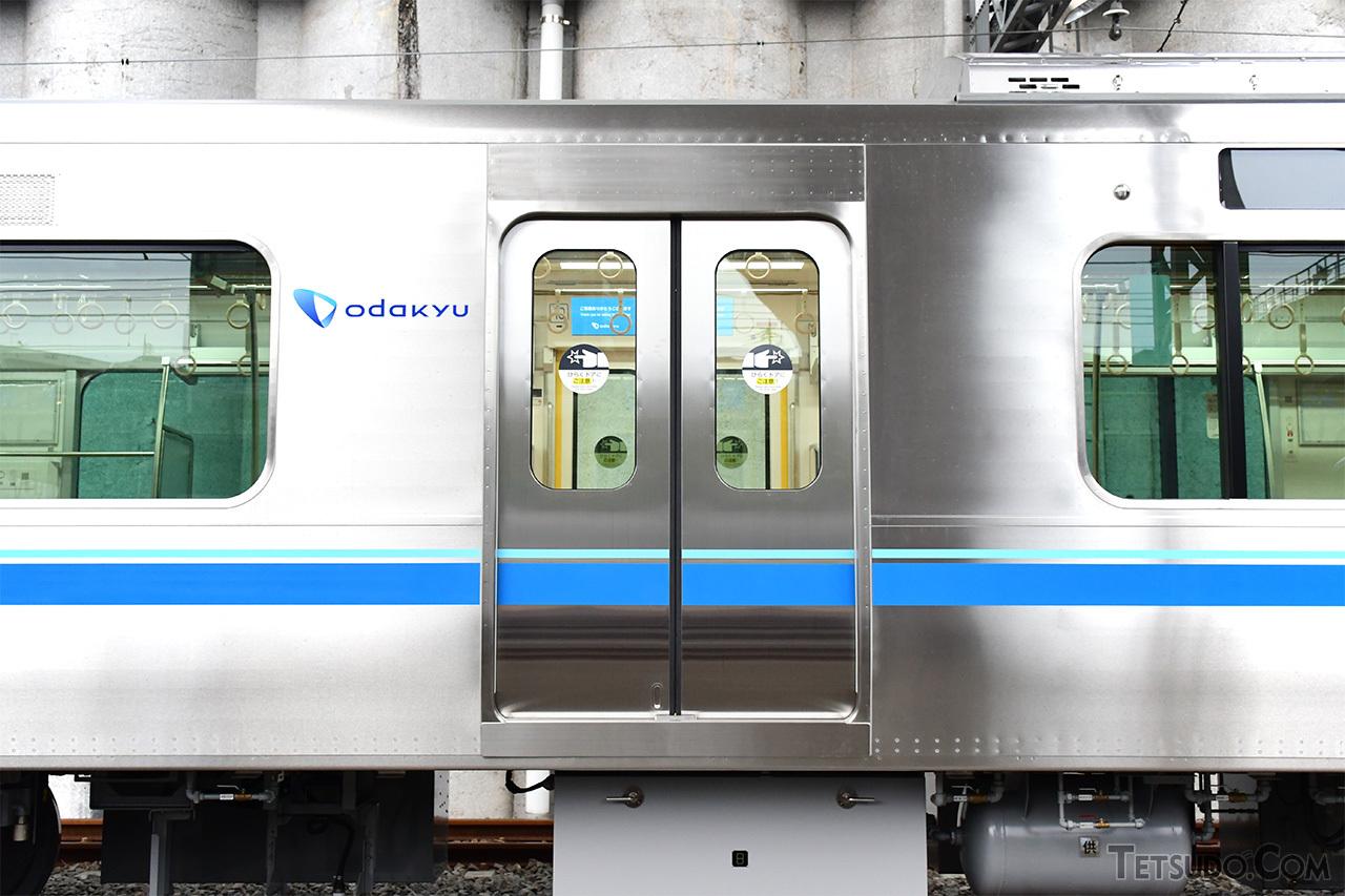 車体はオールステンレス。川崎重工、総合車両製作所、日本車輛製造の3社による共同設計のため、川崎重工製の編成ながらも日本車輌のブロック工法の特徴が出ています