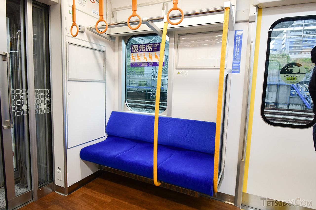 優先席の座席モケットは青色
