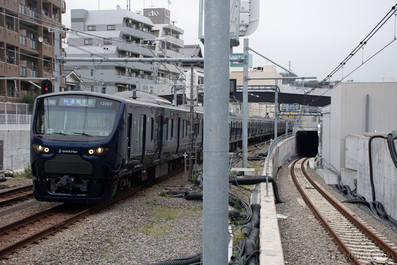 西谷駅では、右の直通線からやってくる列車と、左の本線・いずみ野線の列車が接続します