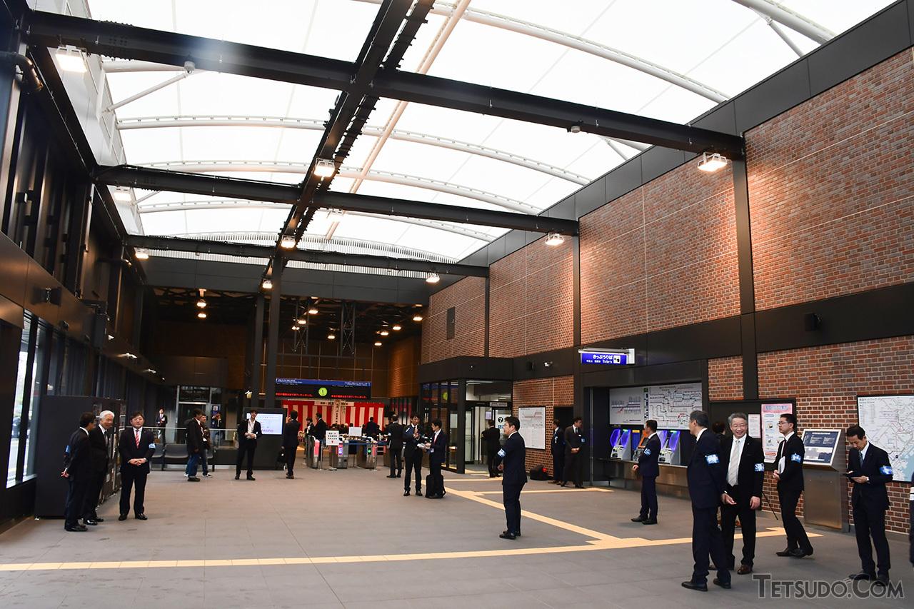 駅舎はレンガやガラスを多用し、年月が経つにつれて醸成されるデザインとなっています