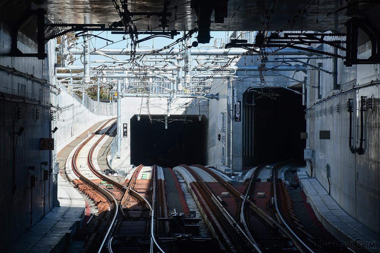 羽沢横浜国大駅停車中の車内から見た新宿方。中央が新横浜・東急線方面で、左右がJR線方面です