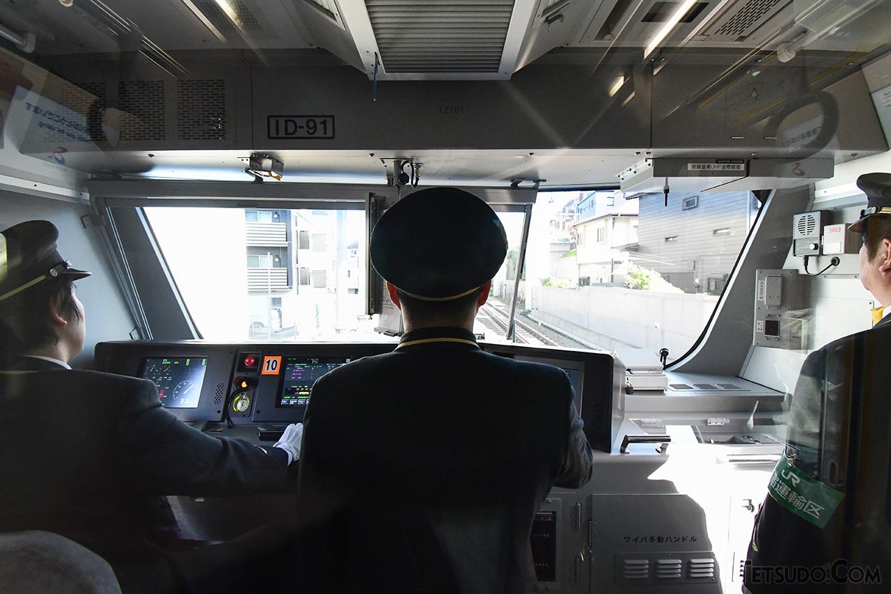 横須賀線などと同じ線路を走る直通線の列車