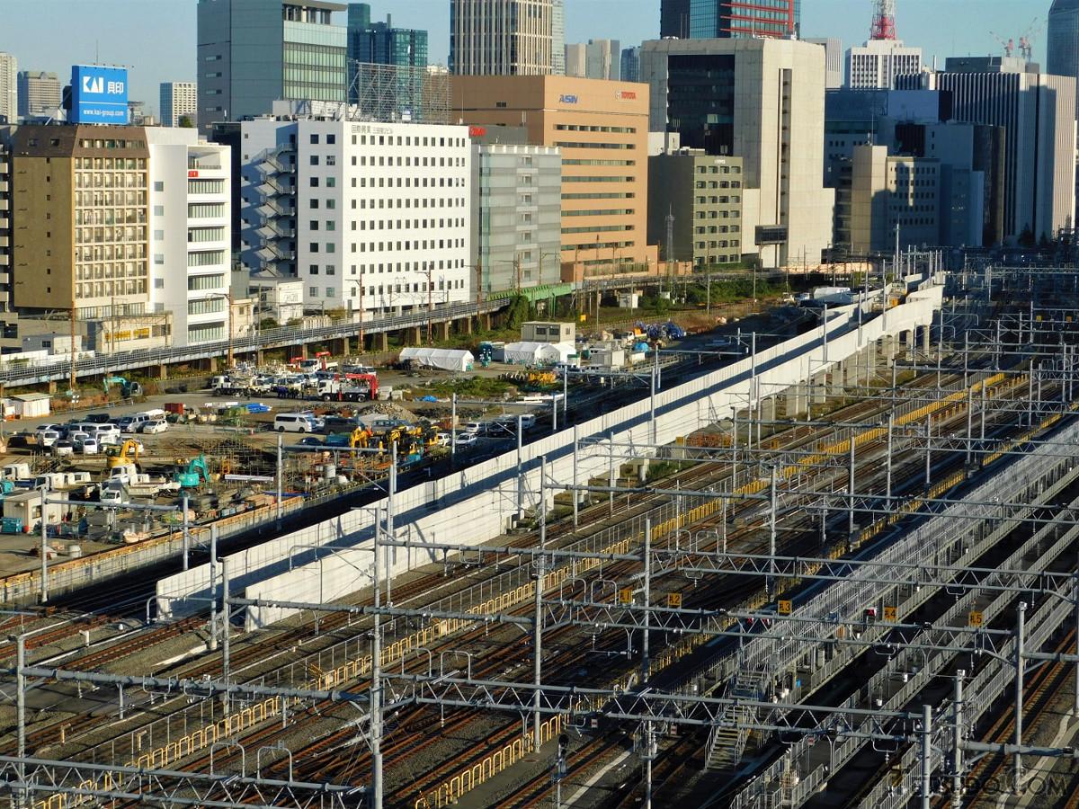 田町駅方面。中央の高架線は、京浜東北線の北行(大宮方面)。16日の工事で西側から移設され、17日以降はこの高架線経由になりました。山手線をまたぎ田町駅1番線に入ります