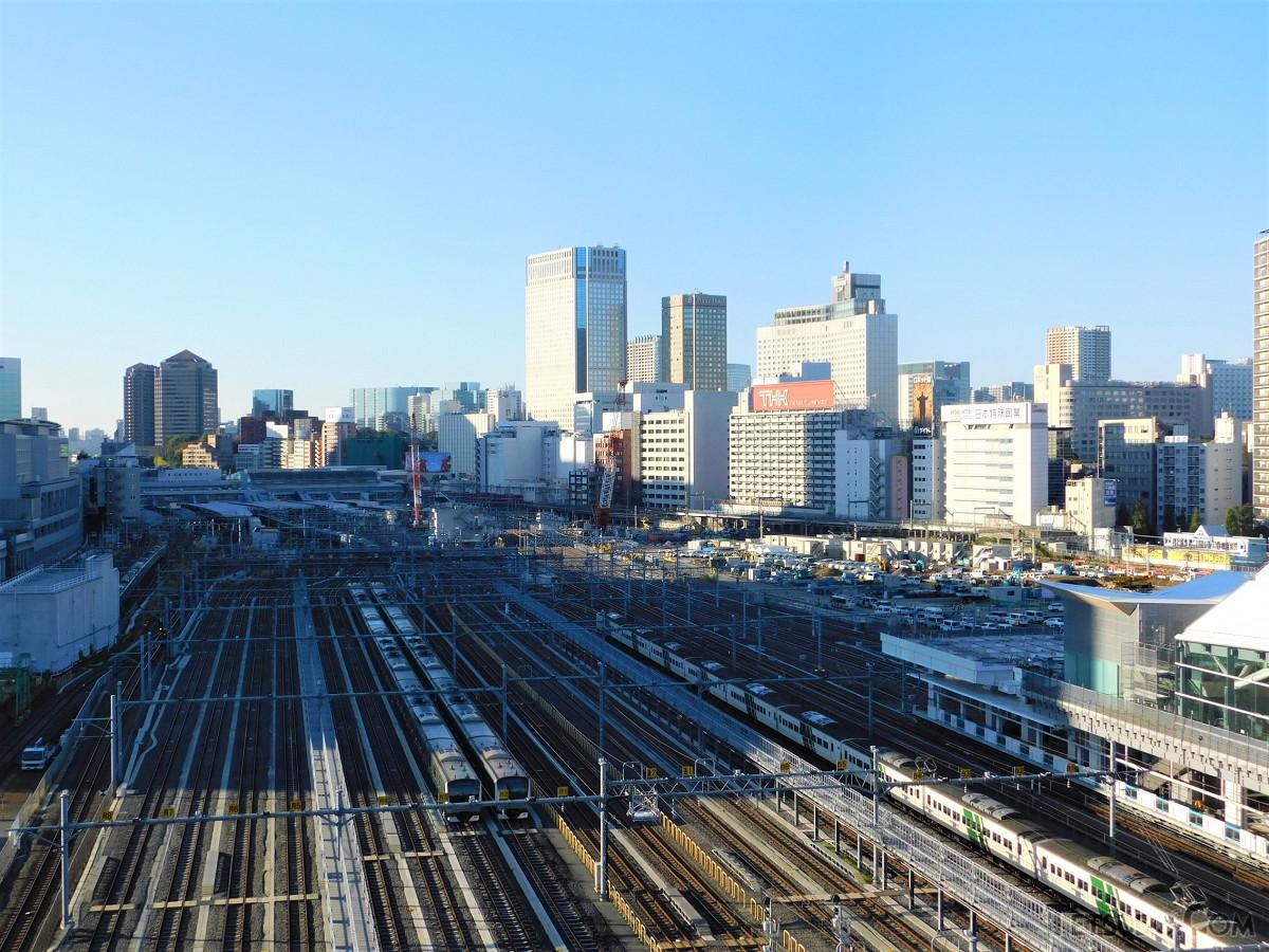 品川駅方面。車両基地は規模を縮小し東側に集約。西側にできた跡地を使い、駅と街が整備されます
