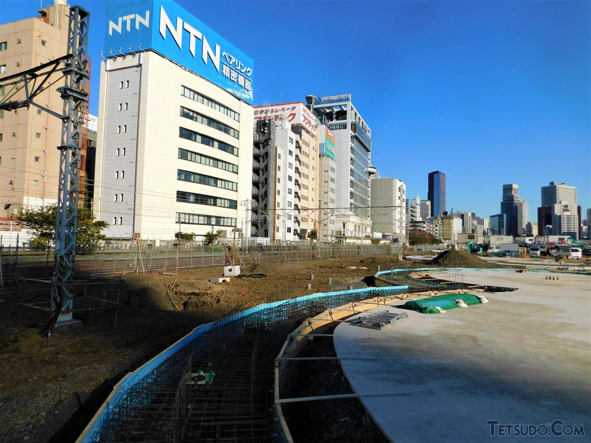 高輪ゲートウェイ駅西側の駅前工事現場。広場が整備され、高層ビルも建設されます。写真左は、15日まで使われていた山手線、京浜東北線北行の線路