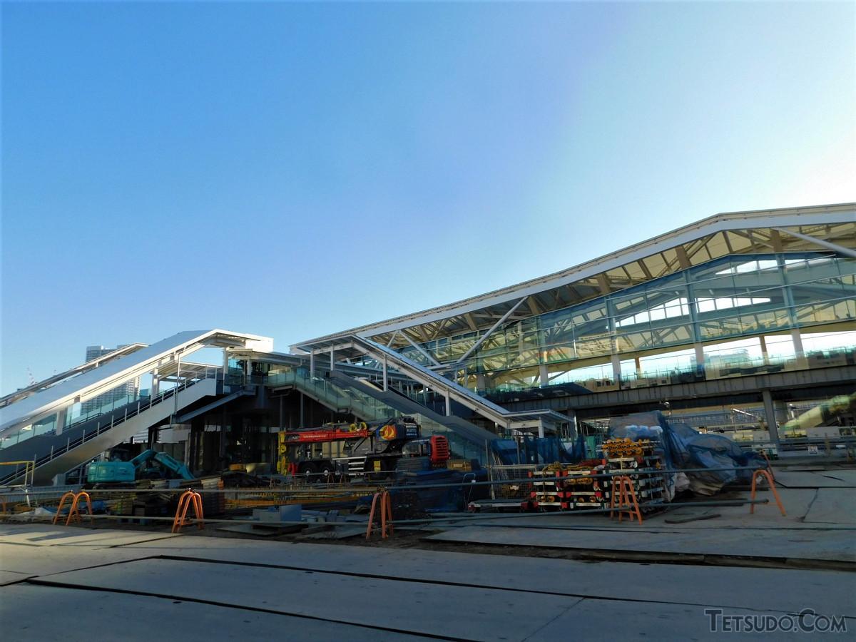 高輪ゲートウェイ駅へのアプローチなど。地上から2階(コンコース階)に複数方向からアクセスできるようになっています