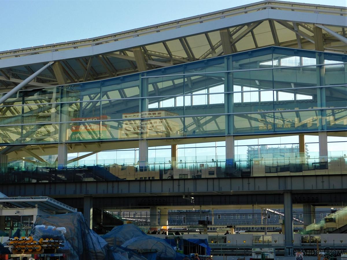 駅舎西側。大きなガラス面が目をひきます。大がかりな工事はおおむね終え、駅舎本体は9割方完成しているとのこと