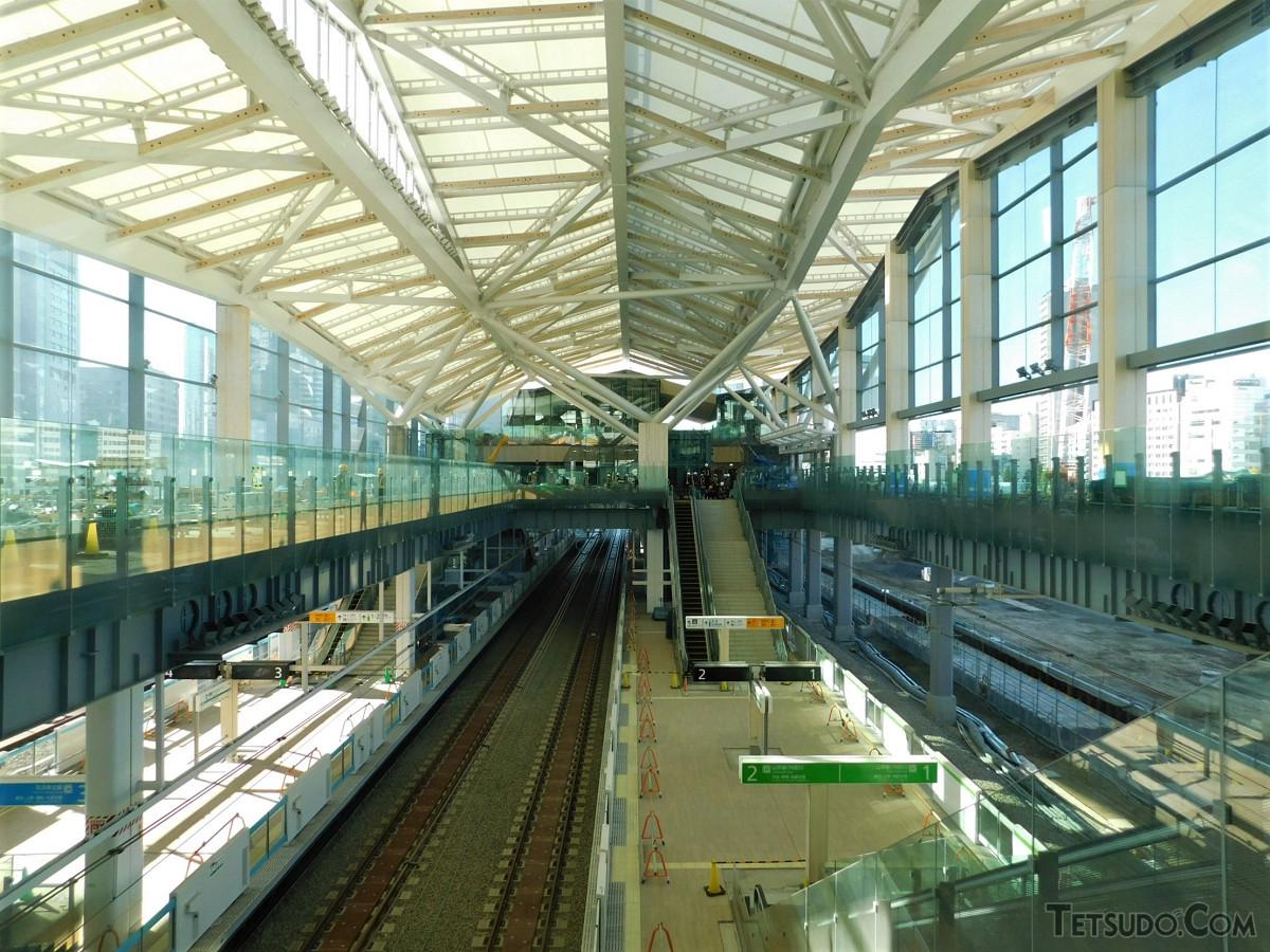 高輪ゲートウェイ駅内部の様子。吹き抜け構造により、開放感があります