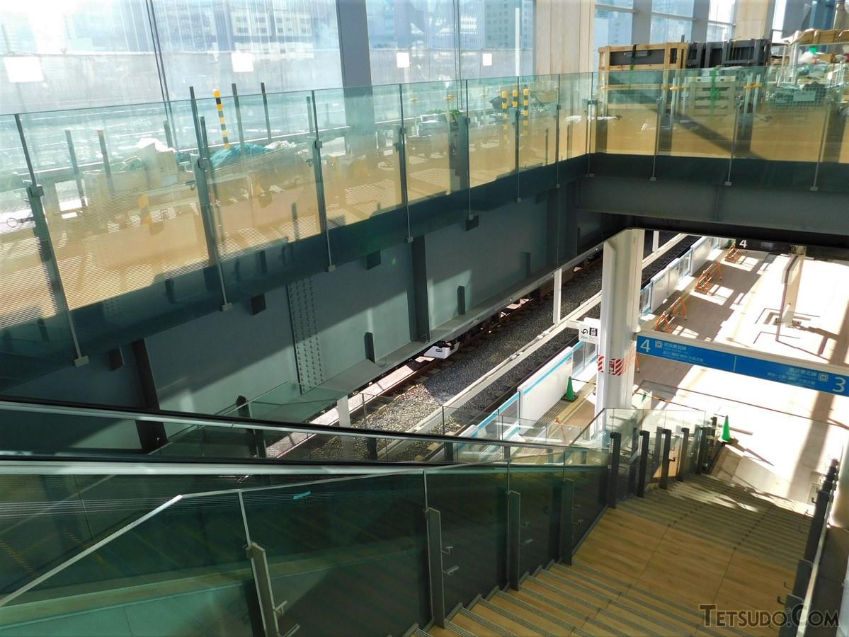 東側、京浜東北線ホーム(3・4番線)に通じる階段、エスカレーター。階段のステップ部分も木目のデザインです。京浜東北線ホームの上部には、イベントスペースが設けられます
