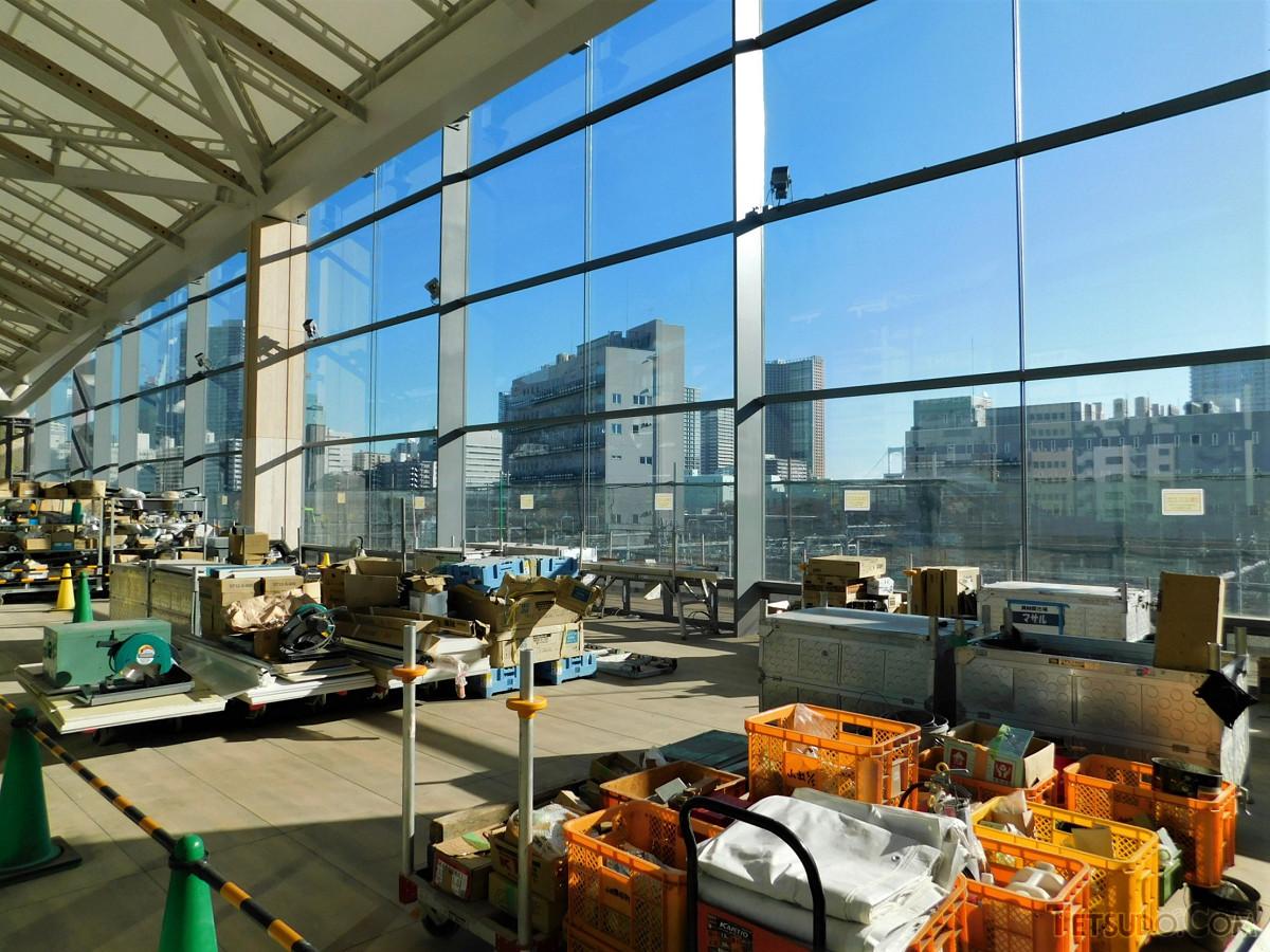 イベントスペース。改札内コンコース階に設けられ、車両基地や東海道新幹線などが眺められるスポットとしても活用されます。レインボーブリッジも遠くに見ることができます