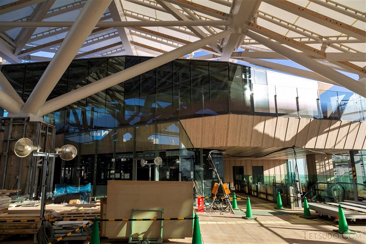 コンコース階、北側。3階部分にはテラスが設けられ、その奥には店舗が入る予定です。北側の改札口は、写真左手に設置されます