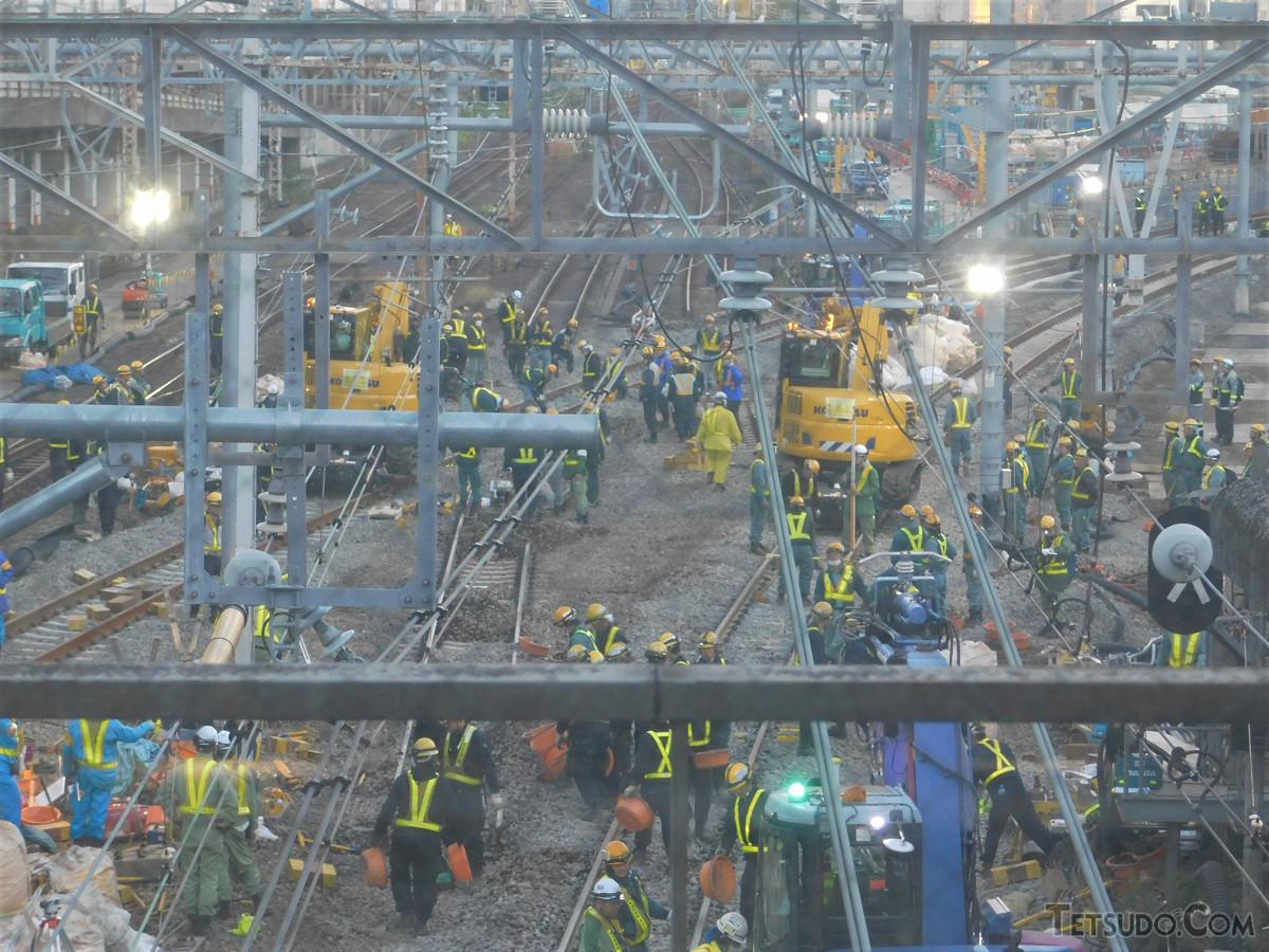 朝6時台の品川駅北側での線路切換工事の様子。旧線路が分断され、新しい線路の敷設が進んでいました。右方向にカーブし、高輪ゲートウェイ駅をめざします